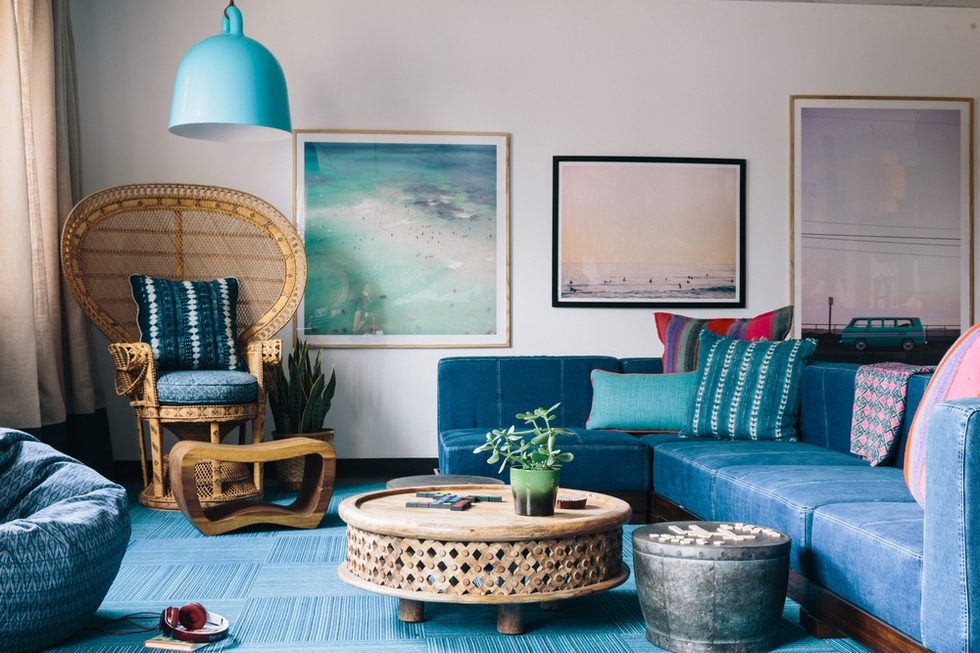 relaxed blue room decor
